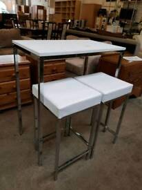 White breakfast bar with 2 leather stools