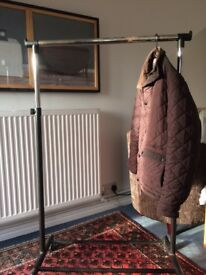 Extendable clothes hanging rail