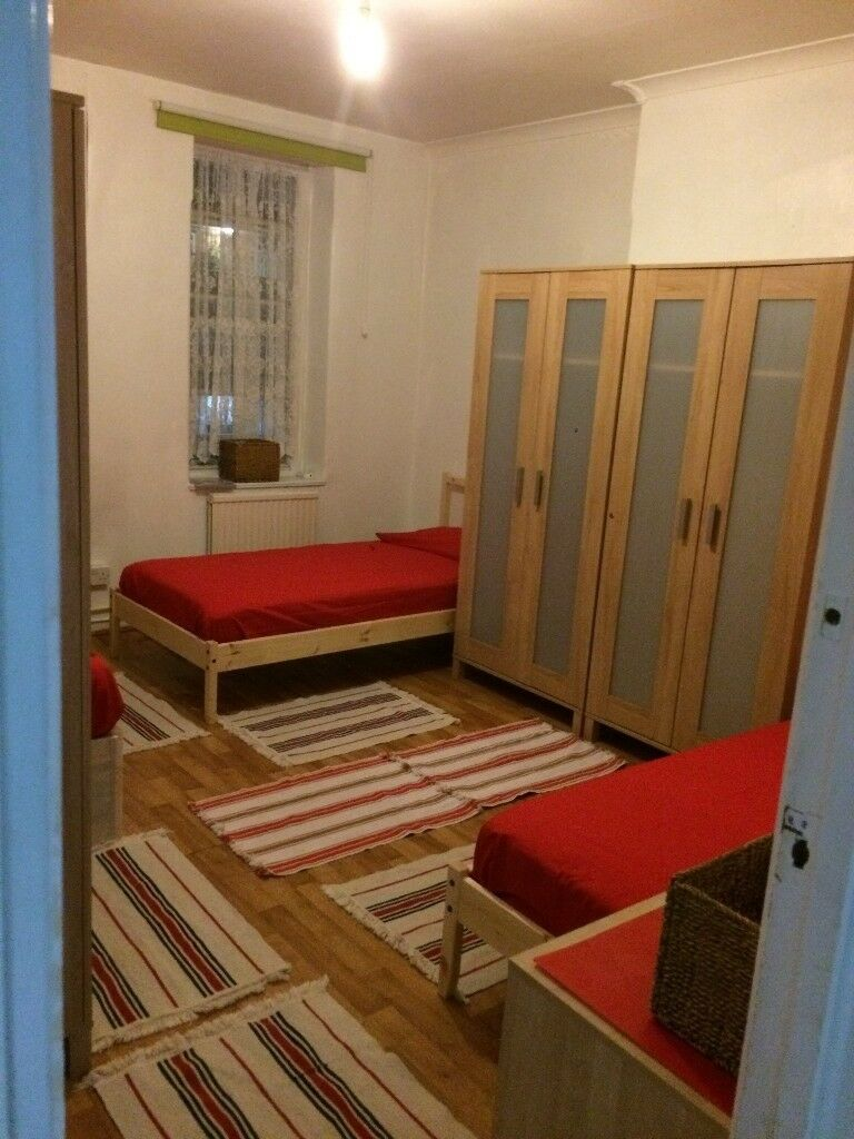 I offer a single bed to share in a large triple room at £115pw London zone 1, Edgware R./Marble Arch
