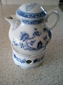 VINTAGE, ZWIEBELMUSTER BLUE ONION PORCELAIN TEAPOT and WARMER STAND-BAVARIA