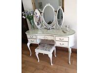 SUPER FRENCH LOUIE STYLEDRESSING TABLE WITH TRIPLE MIRRORS AND STOOLSET ON CABRIOLLE LEGS