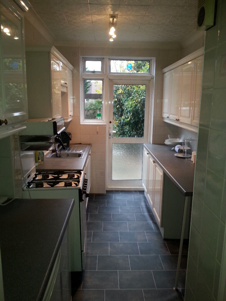 A lovely 3 Bed House with large landscape garden, close to wood street station, 20min Liverpool St.