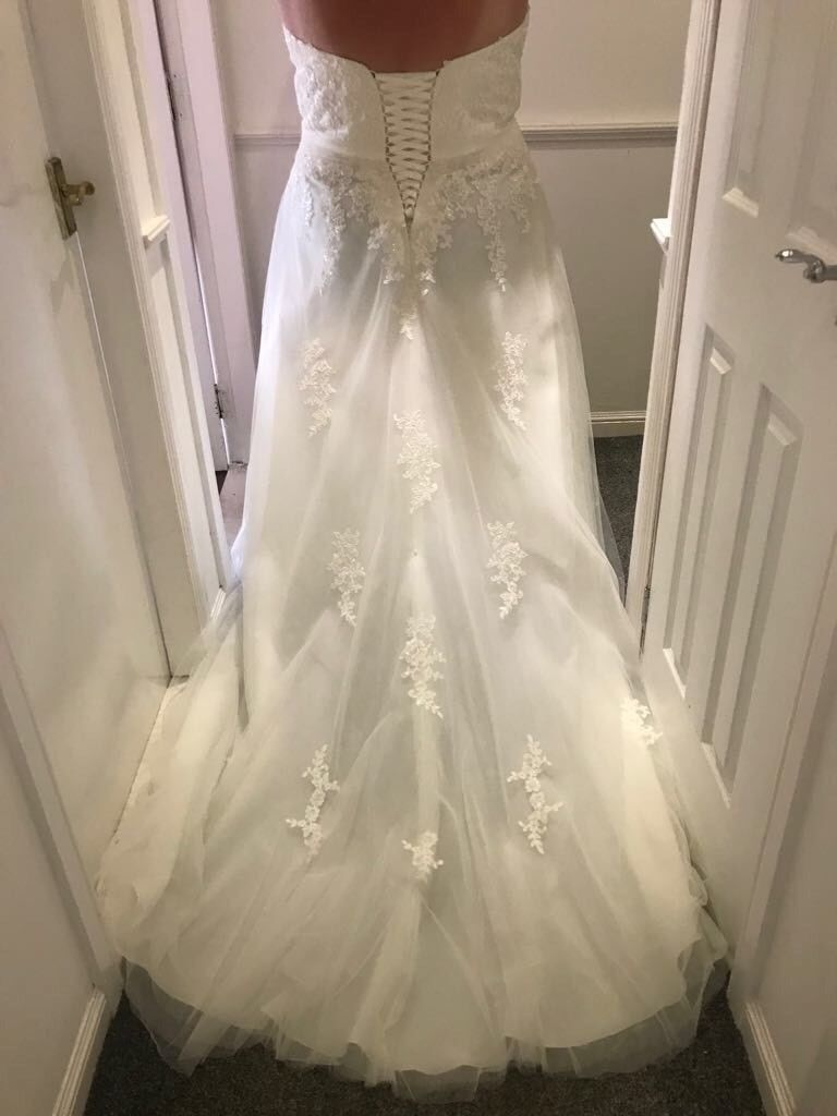 Gorgeous Plus Slimming Size 24 Unworn Wedding Dress With Lace