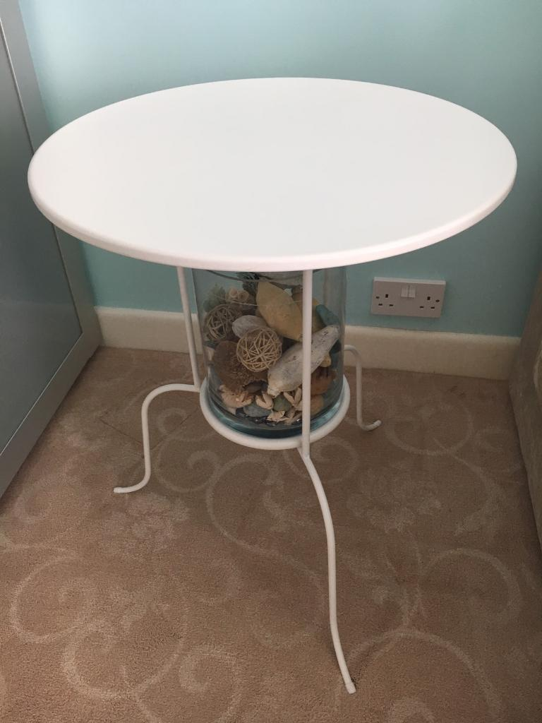 ikea lindved white metal side table with glass vase filled with sea related decorations in. Black Bedroom Furniture Sets. Home Design Ideas