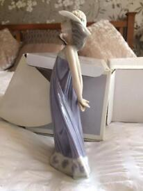 LLADRO Beautiful retired porcelain figurine