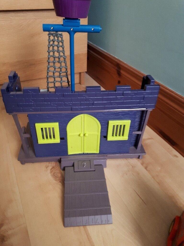 Scooby doo haunted house & figurines
