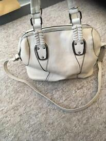 Handbag with detachable shoulder strap