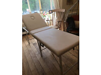 A SUPER CREAM COLOURED MASSAGE COUCH GOOD CONDITION NO TEARS OR MARKS HAS HEAD HOLE AND A CASE