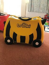 TRUNKI - Childs Ride-On suitcase - Bumble Bee