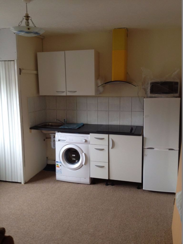LARGE 2 BED F/F FLAT TO RENT IN CHADWELL HEATH! LESS THAN 3 MINS WALK TO CHADWELL HEATH STATION!