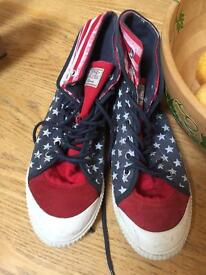WOMENS / GIRLS CANVAS SHOES SIZE 8