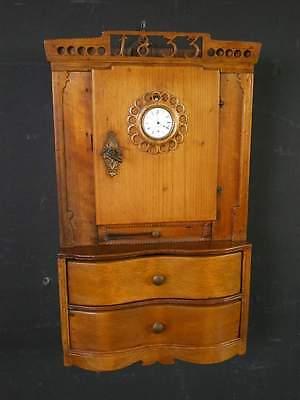 Museales Wandschränckchen mit Uhr geschnitzte Jahreszahl 1833