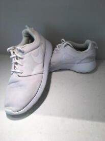 WHITE NIKE ROCHE TRAINERS