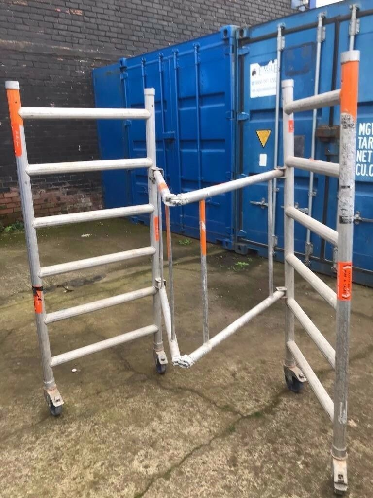 Folding scaffold tower on wheels