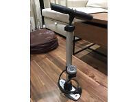 Floor bike pump with gauge