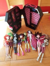 Bundle monster high dolls with wardrobe