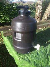 Pressurised fermenting barrel