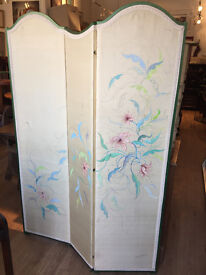 Must be seen ..... three fold screen with hand painted floral design . In good condition.
