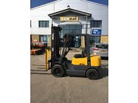 TCM 2.5T DIESEL INDUSTRIAL FORKLIFT COMPLETE WITH SIDE SHIFT, HIGH 5.5M FREELIFT MAST. LOW HOURS
