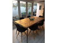 Dining table in mango wood