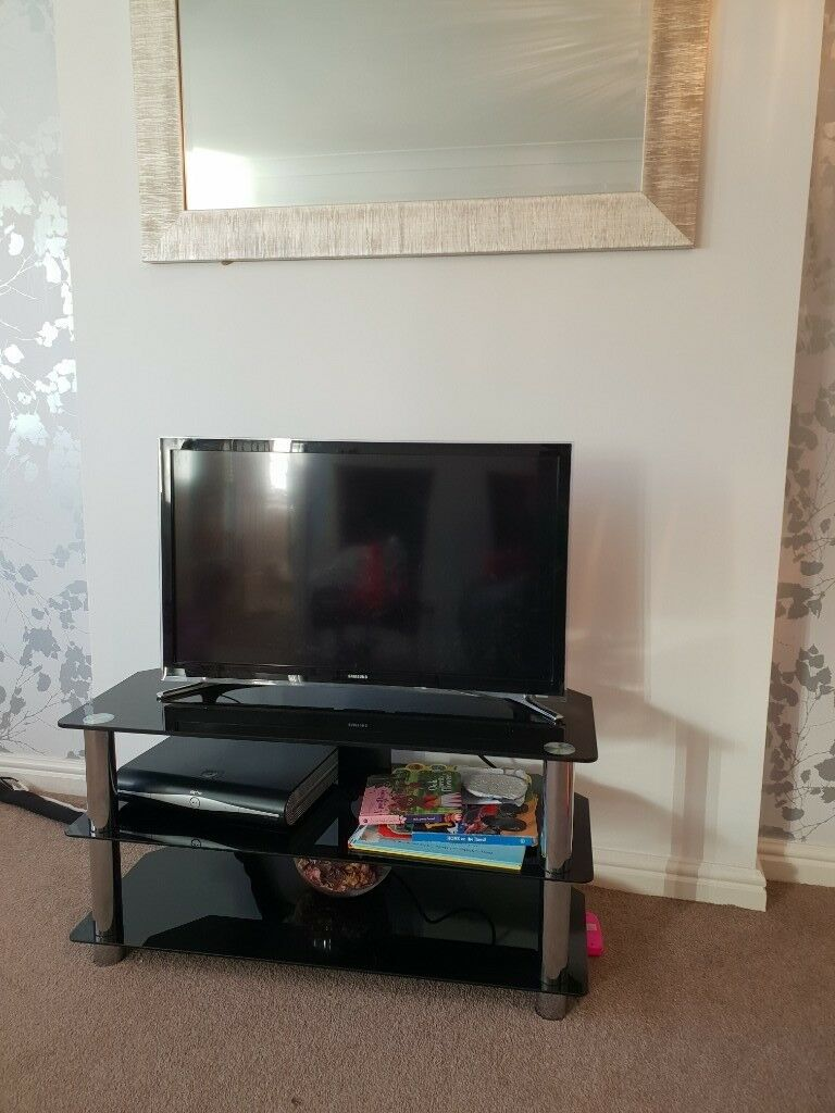 Samsung Smart Tv 32 Inch With Tv Stand In Wootton