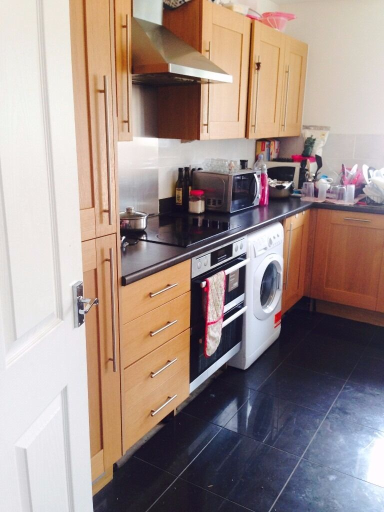 SMALL DOUBLE ROOM IN NEWLY BUILT HOUSE! ACADEMY WAY! CLOSE TO UPNEY AND BARKING STATION! £400PCM!