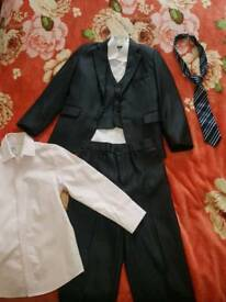 Boys smart suit,vest,jacket,two shirts and tie (6-7 y)