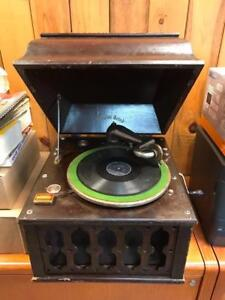 Gramophone antique et 45 disques inclus