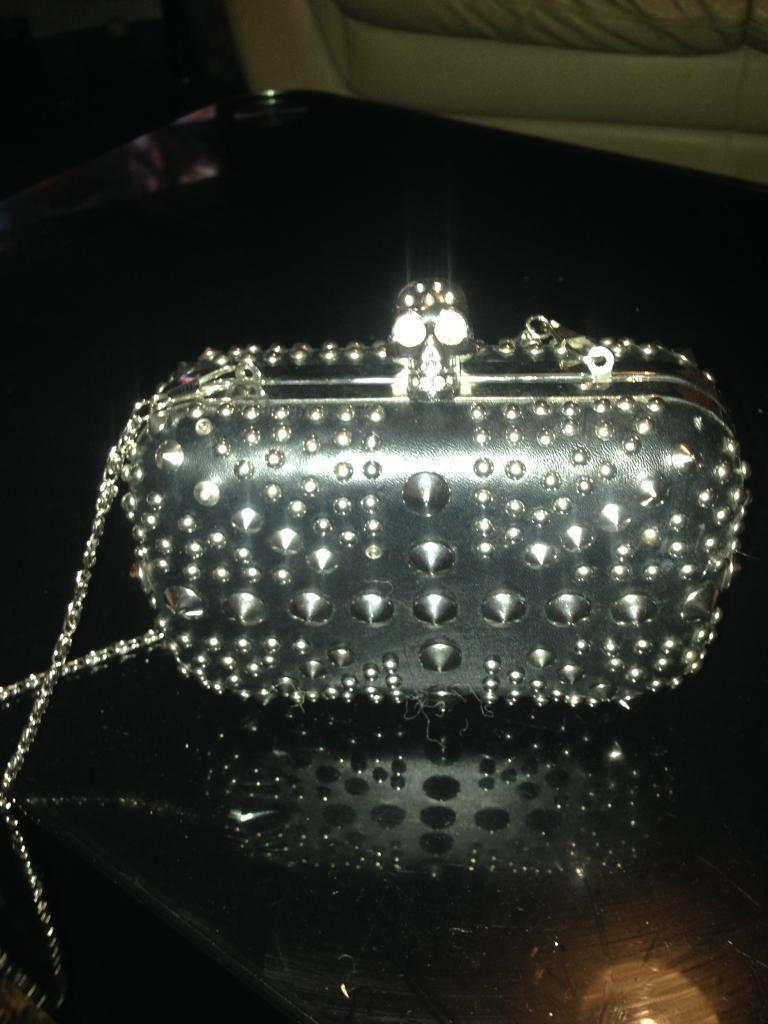 Scull clutch pursein Llanishen, CardiffGumtree - Very nice scull clutch purse with strap very good condition sorry cant deliver and price is lowest can do