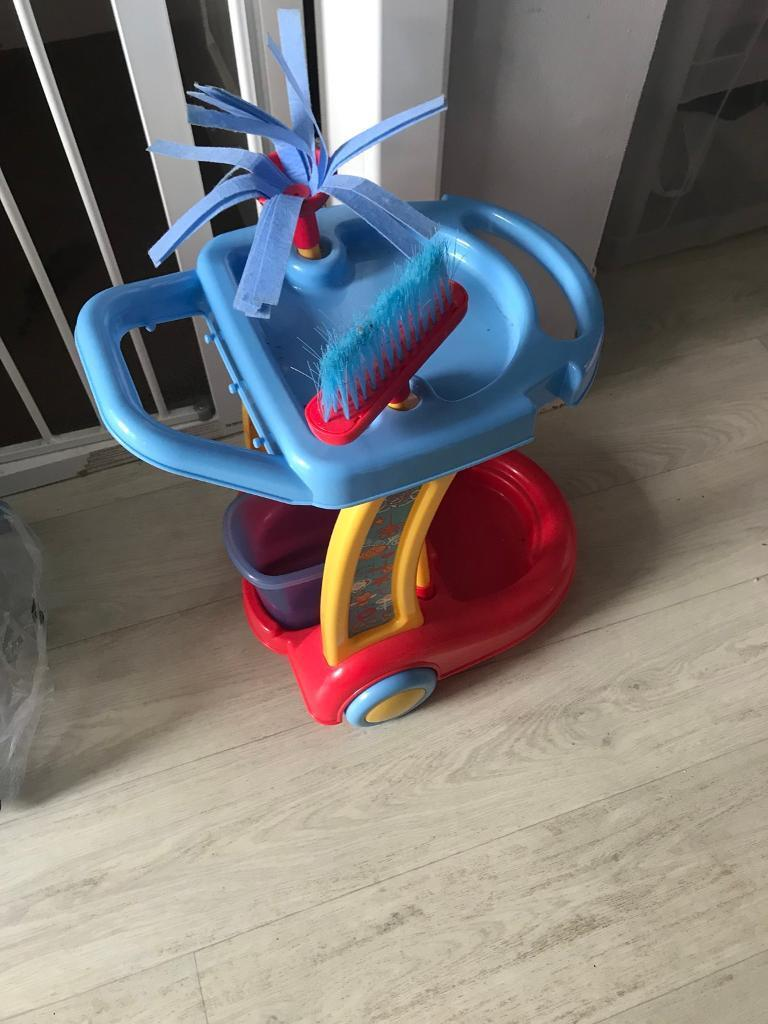 Toy cleaning trolley