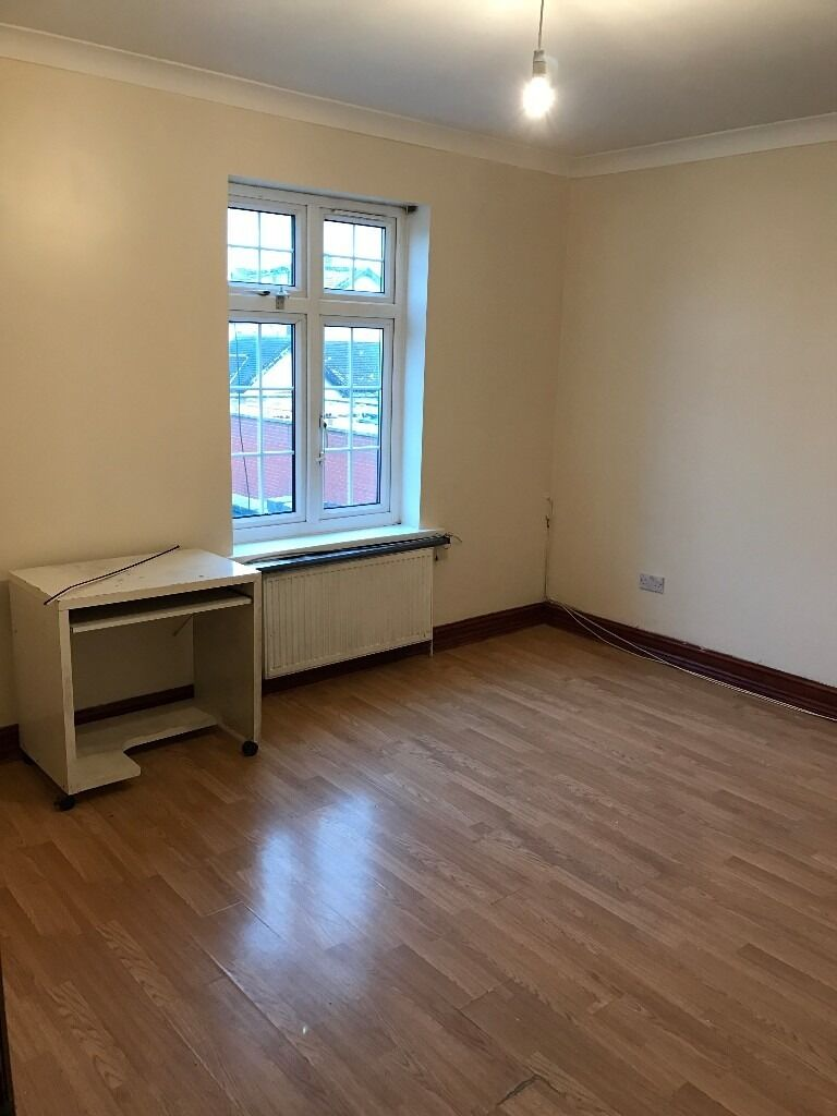 Spacious one bedroom to rent in ilford/seven kings £1000 (all bills included)
