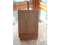 EASEL WITH ACCESARIES BOX