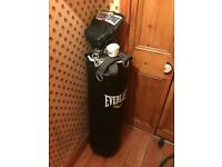 EVERLAST hanging punching bag with chain and gloves - GREAT CONDITION