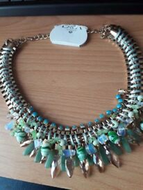 BEAUTIFUL GOLD COLOUR NECKLACE NEVER BEEN WORN