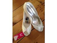 Size 7 *brand new with tag never worn wedding shoes*
