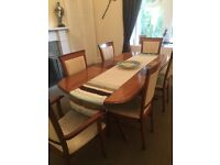 Extendable dining table with 6 chairs (2 carver)