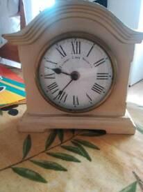 Mantel clock including battery