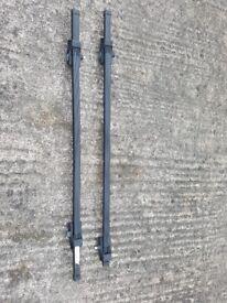 2 sets of lockable roof racks
