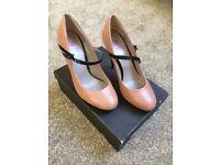 Ladies jones shoes. Size 40