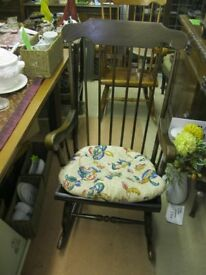 VINTAGE ORNATE SPINDLE BACK FARMHOUSE OAK ROCKING CHAIR WITH CUSHION. VIEW/DELIVERY POSSIBLE