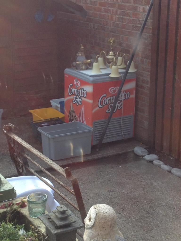 Cornetto ice cream fridge works £25