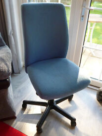 Computer chair with wheels and adjustable height