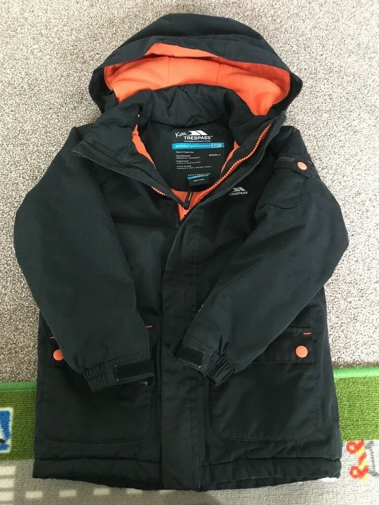 0510a1585 Boys Trespass Coat size 5-6 immaculate