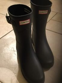 Hunter Wellington boots, Black, women's size 6 original short boot