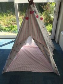 indoor/outdoor play tent teepee cost £135 sell for £50