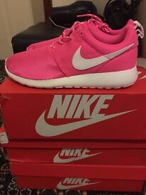 BRAND NEW NIKE ROSHE TRANIERS SHOES PINK SIZE 5.5 WITH BOX