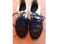 SONDICO boys football boots in size 3.