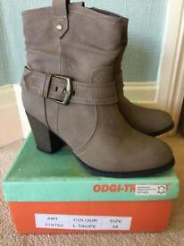 Beige boots size 38. UK 5 leather insoles