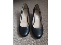 Women black heeled court shoe