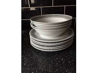 Set of 6 large serving/dinner plates and set of 4 large serving/mixing bowls white